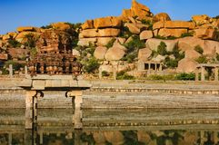 Pushkarani è un lago sacro in Hampi, India fotografia stock
