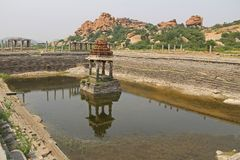 Pushkarani священное озеро на пути к виску Vitthala в Hampi, Karnataka, Индии Пруд служил к ритуалу и functi стоковые фотографии rf