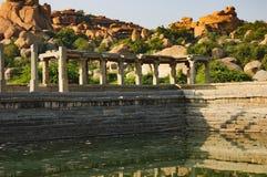 Pushkarani es un lago sagrado en Hampi, la India Imagen de archivo