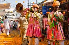 Pushkaroptocht met Goudsbloembloemen bij Pushkar-Kameelmarkt, Rajasthan, India Stock Afbeelding