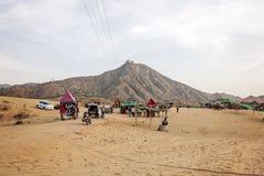 Pushkarwoestijn met kamelen en voertuigen stock foto