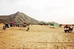 Pushkarwoestijn met kamelen en voertuigen stock foto's