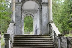 PUSHKIN, Άγιος-ΠΕΤΡΟΥΠΟΛΗ, ΡΩΣΙΑ - 10 Ιουλίου 2014: Μαρμάρινη γέφυρα στο πάρκο της Catherine Στοκ Φωτογραφία