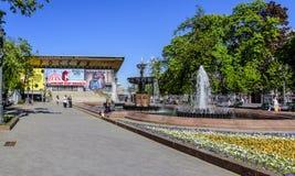 Pushkin kvadrerar, den musikaliska teatern och springbrunnar i mitten av huvudstaden moscow russia royaltyfri foto