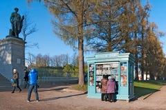 pushkin selo tsarskoye Άγιος-Πετρούπολη Ρωσία Άνθρωποι κοντά στη στοά του Cameron Στοκ Φωτογραφίες