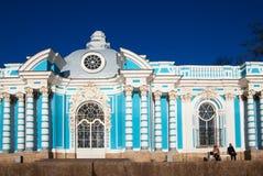 pushkin selo tsarskoye Άγιος-Πετρούπολη Ρωσία Άνθρωποι κοντά στο περίπτερο Grotto Στοκ Εικόνα