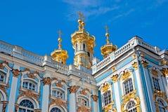 pushkin selotsarskoye St Petersburg Ryssland Catherine Palace med kyrkan av uppståndelsen Arkivfoton
