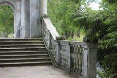 PUSHKIN, ST PETERSBURG, RUSSIE - 10 juillet 2014 : Pont de marbre en parc de Catherine Image libre de droits