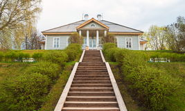 Pushkinogorye Huset är i byn av Mikhailovskoye Royaltyfri Bild