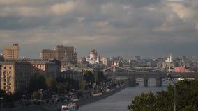 Pushkinsky - μια γέφυρα, που χτίζεται για τους πεζούς μέσω του ποταμού της Μόσχας στη Μόσχα απόθεμα βίντεο