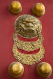 Pushou (Ring Knockers) en puertas dentro del palacio imperial, Pekín, China Fotografía de archivo libre de regalías