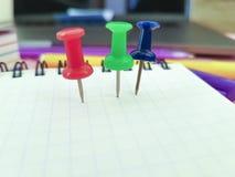 pushpin χρωματισμένο σημειωματάριο έγγραφο Στοκ Εικόνα