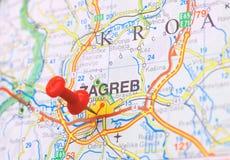 Pushpin furado em um mapa Foto de Stock Royalty Free