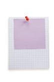 Pushpin i nutowy papier na bielu Zdjęcia Royalty Free