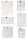 Pushpin i sprawdzać nutowy papier Fotografia Stock