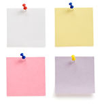 Pushpin and note paper on white. Background Stock Photography