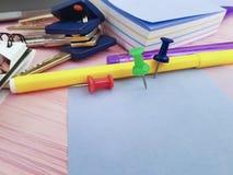 Pushpin notepad notepad writing laptopu klucza biurowego pustego projektanta notepad biznesowy materiały Fotografia Stock