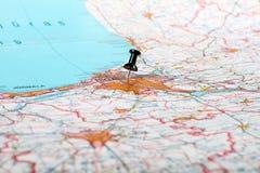 Pushpin que mostra o ponto de destino em um mapa Imagens de Stock Royalty Free