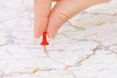 Pushpin vermelho que marca uma posição Fotografia de Stock