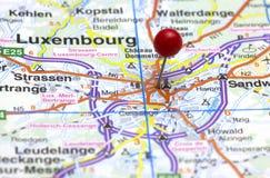 Pushpinned rött för Luxemburg stad arkivbild