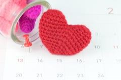 Pushpins на календаре и красном сердце Стоковое Изображение RF