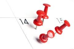 Pushpins на календаре Стоковая Фотография