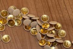 Pushpins dla biurowego użycie groszaka, bielu i barwią obrazy royalty free
