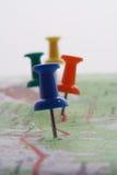 Pushpins em um mapa Fotos de Stock Royalty Free
