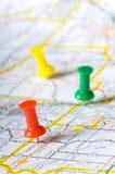 Pushpins em um mapa Imagem de Stock Royalty Free