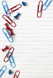 pushpins paperclips notepaper Стоковая Фотография RF