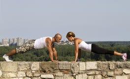 Pushups på en stenvägg Royaltyfri Foto