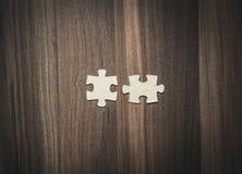 Pussel på wood bakgrund framför den begreppsmässiga bilden för begreppet 3d lösningen Arkivbild