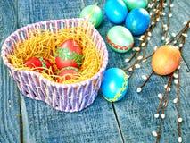 Pussy-верба пасхи и пасхальное яйцо на подлинной предпосылке карточка пасха счастливая Стоковое Изображение