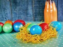 Pussy-верба пасхи и пасхальное яйцо на подлинной предпосылке карточка пасха счастливая Стоковое Фото