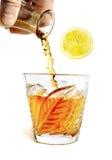 Pust av alkohol häller med färgstänk in i exponeringsglaset med lobu Arkivfoto
