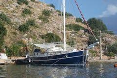 Pusta łódź w morzu obrazy royalty free