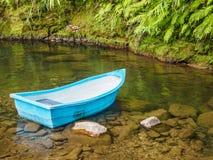 Pusta łódź w strumienia lesie Zdjęcia Royalty Free