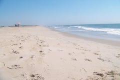 Pusta Atlantycka ocean plaża na pięknym dniu obraz stock