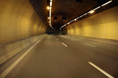 Pusta autostrady droga przy noc tunelem obrazy royalty free