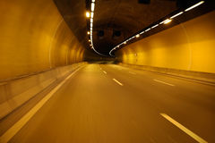 Pusta autostrady droga przy noc tunelem Obrazy Stock