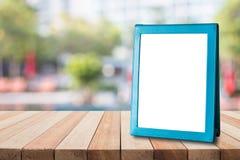 Pusta błękitna broszurka stawiająca na drewnianym stole dla teksta, menu lub ogłoszenia, zdjęcia royalty free
