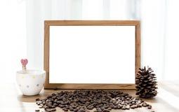 Pusta biała deska z kawowego kubka i kawowej fasoli dekoracją fotografia stock