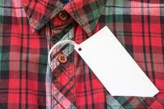 Pusta biała etykietka lub etykietka dołączaliśmy na koszula Zdjęcie Royalty Free
