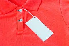 Pusta biała etykietka lub etykietka dołączaliśmy na koszula Fotografia Stock