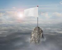 Pusta biała flaga na halnym szczycie z nieba cloudscape światłem słonecznym Obrazy Royalty Free