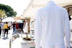 Pusta biała pulower koszula na sklepowym sprzedaż rynku tle z kopii przestrzeni fror twój reklama i tekst obrazy royalty free