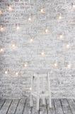 Pusta biała stolec przeciw tłu ściana z cegieł z dziąsła Zdjęcia Royalty Free