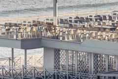 Pusta biała kawiarnia przy nadmorski Zdjęcia Royalty Free