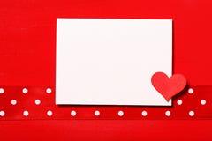 Pusta biel karta z małym czerwonym sercem Obrazy Royalty Free