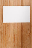 Pusta biznes karta na starym drewnianym stole (wizyta) Fotografia Royalty Free